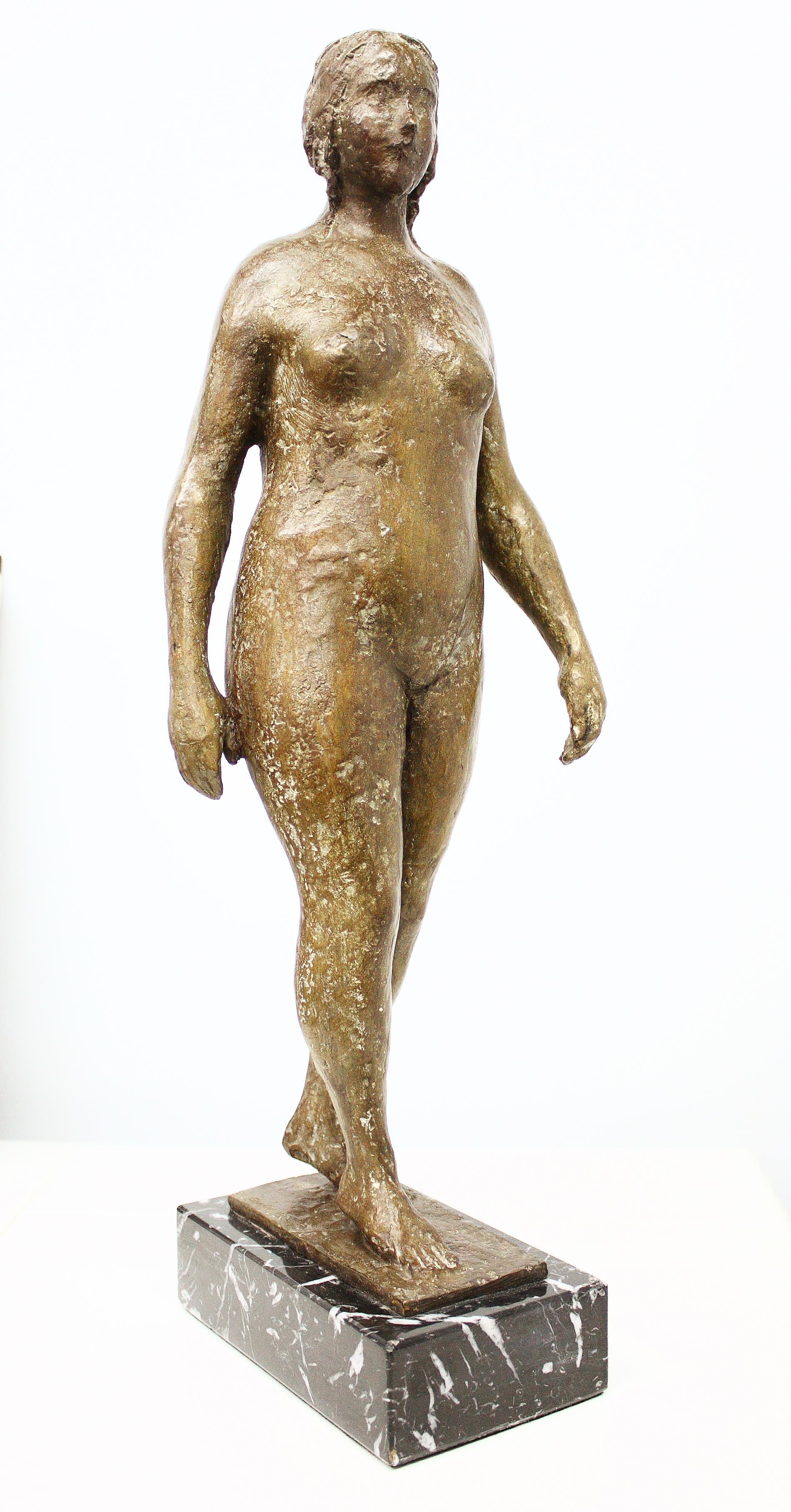 Antonio Campillo (Murcia 1925 – 2009). Mujer caminando. Bronce numerado 7/8 Medidas de 44 x 12 x 15